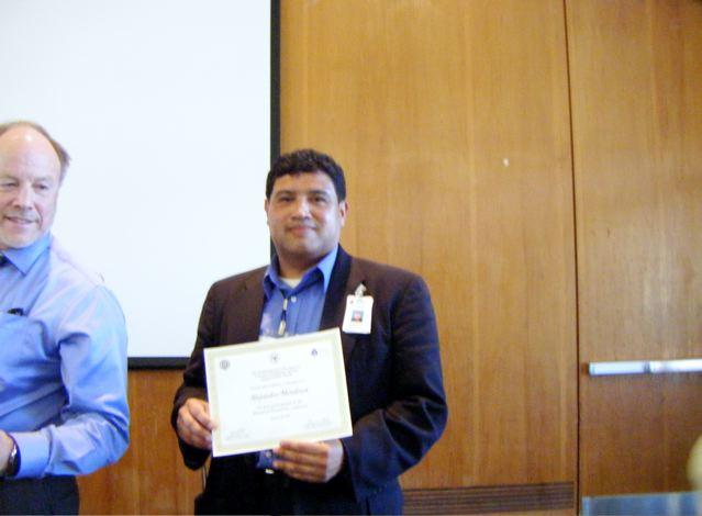 Bob Barde entrega diploma a Alejandro Castillo