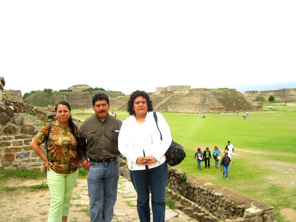 Ramona, guia y Lety en Montealban Oaxaca 2006 102